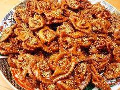 Chebakia is een koek die iedere dag gegeten wordt tijdens de ramadan. Deze heerlijke honing koek ontbreekt dan zeker niet net zoals de harira soep en de dadels. Benodigdheden: - 1 klein glaasje sesamzaad - 2 eieren - 250 gram boter - 2 eetlepels olie - 1...