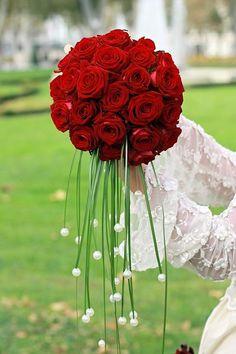 Außergewöhnlicher Brautstrauß mit dunkelroten Rosen.