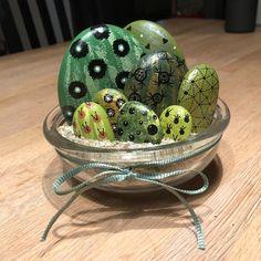 🌵 #cacti #cactus #paintedrocksofinstagram #creativity #stoneart #painting #posca #malerpåsten #green #interiordesign #fun #smile… Cactus Painting, Pebble Painting, Stone Painting, Painted Rock Cactus, Painted Pots, Painted Pebbles, Rock Crafts, Diy And Crafts, Arts And Crafts