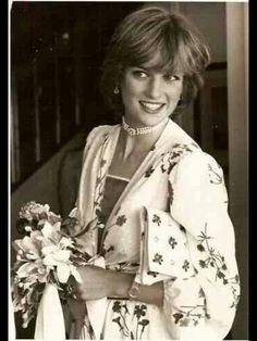 August Prince Charles & Princess Diana arrive in Gibraltar. Honeymoon photo, looking so radiant. ❤ August Prince Charles & Princess Diana arrive in Gibraltar. Honeymoon photo, looking so radiant. Lady Diana Spencer, John Spencer, Princess Diana Family, Princess Of Wales, Princess Diana Car Crash, Princess Art, Princesa Diana, Prinz William, Charles And Diana