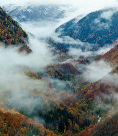 El Valle de Arán, situado en los Pirineos Centrales, en Lérida, es un paraje ideal para desconectar de la ciudad y disfrutar de la naturaleza mientras realizamos actividades al aire libre, como senderismo. Tanto si quieres disfrutar de una ruta junto a tu familia como si quieres ponerte a prueba toma nota de estas cinco rutas por el Valle de Arán.