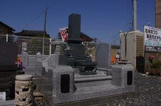 和型の石塔と外柵のCセット。外柵の親柱の黒石に名字の彫刻が出来ます。階段には、花びらの浮き彫り加工が施されています。石塔は緑寄りの石を使いました。