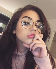 Imagen de glasses makeup and maggie lindemann Cute Glasses, Girls With Glasses, Girl Glasses, People With Glasses, Glasses Style, Womens Glasses, Glasses Frames, Photo Pour Instagram, Picture Ideas For Instagram