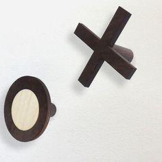 Věšák+Piškvorky+2+Druhý+typ+věšáku+z+designové+řady+Piškvorky.(První+typ+-+ve+světlejším+provedení+zadní+části+věšáku+najdete+zde)Navržen+s+takovým+mechanismem+uchycení+do+zdi,+aby+nebyl+vidět+nevzhledný+hřebíček.+Věšák+se+díky+pevnému+kotvení+na+hmoždinku+vyznačuje+velmi+dobrou+únosností.+Věšák+je+celonosný,+tzn.+i+samotná+dekorace...