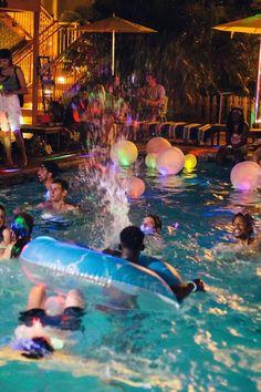 sleepover fotos US UO: Glow Party mit UO Miami - U - sleepover Summer Vibes, Summer Nights, Urban Outfitters, Summer Dream, Summer Fun, Teen Summer, Summer Glow, Summer Picnic, My Pool