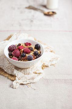 Granola and fresh fruit Yummy Food, Tasty, Morning Breakfast, Bowls, Mets, Granola, Muesli, Breakfast Recipes, Breakfast Healthy