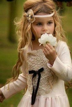 красавица с цветочком