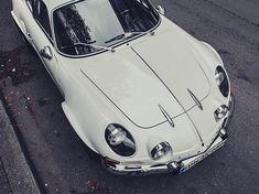 The Supercar Rivalry: Ferrari vs. Lamborghini Explained in Infographic Ferrari, Lamborghini, Retro Cars, Vintage Cars, Vintage Porsche, Sport En France, Alpine Renault, Ducati, Cabriolet