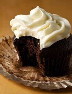 Chocolate Stout/Guinness Cupcakes with Vanilla Cream Cheese Frosting Guinness Cupcakes, Beer Cupcakes, Yummy Cupcakes, Cupcake Cakes, Cup Cakes, Vanilla Cream Cheese Frosting, Cupcakes With Cream Cheese Frosting, Caramel Frosting, Vanilla Recipes
