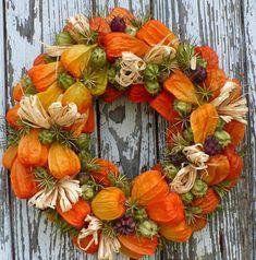 Она собрала сухие листья, шишки и добавила к ним ягоды рябины… Спустя 45 минут появилась роскошная вещь! Wreath Crafts, Diy Wreath, Door Wreaths, Fall Flowers, Dried Flowers, Autumn Wreaths, Christmas Wreaths, Fall Flower Arrangements, Deco Nature