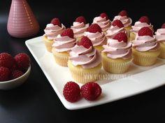 VÍKENDOVÉ PEČENÍ: Malinové mini cupcakes Christmas Cupcakes, Christmas Decorations, Brownie Cupcakes, Mini Cakes, Baked Goods, Tea Party, Minis, Raspberry, Muffins