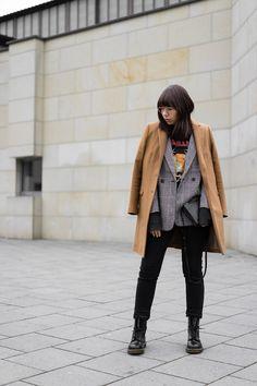 Camel Mantel – Zara Karierter Blazer – H&M  Band Shirt – H&m Men Jeans – Closed Pedal Pusher Stiefeletten – Dr. Martens 1460 Umhängetasche – Céline Trio Bag Brille – Ray-Ban RX 3447V 2730