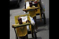 Gerombolan Pria Berbaju Orange Tembus Barikade Aparat di GBK