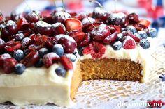 Når du dekker en myk gulrotkake med ostekrem og massevis av friske bær og moreller, får du en fantastisk deilig sommerkake! Denne gulrotkaken stekes i liten langpanne, men du kan også bruke en stor, rund form hvis du foretrekker rund kake. Noe for helgen kanskje? Frisk, Cheesecake, Cakes, Baking, Desserts, Food, Summer, Bread Making, Meal