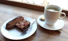 Steffi aß sich nachmittags im Biomarkt satt an Pecannuss-Brownie und Kakaostreifen mit Kräutertee.