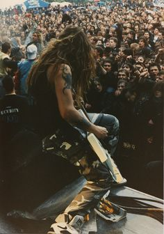 Max Cavalera doing what he does best! Thrash Metal, Nu Metal, Black Metal, Metal Bands, Rock Bands, Kerry King, Six Feet Under, Boys Long Hairstyles, Extreme Metal