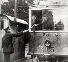 Knueppelbahn unter der Spree Berlin 1899.Die Strecke war eingleisig.Der Triebwagenfahrer der im Besitz des so-genannten Fahrt-Knueppels war durfte bis zur Endstation fahren.Am 15 Februar 1932 fuhr der letzte Zug zwischen Zenner und dem Schlesischen Bahnhof.