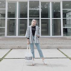 OOTD Baju Hijab Kekinian Ala Selebgram 2018 hijab segi empat square scarf coklat muda choco latte nude ciput rajut tshirt mangset ikat pinggang bulat jam tangan hitam outer cardigan cape stripe abu abu biru tua jeans denim cutbray biru muda totebag sneakers kets putih emas