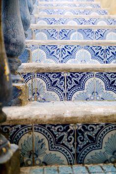 Dettaglio scala con finitura in ceramica dai toni azzurro /blu