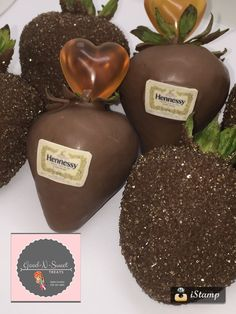 Chocolate covered strawberries with Ciroc shoot Coconut Hot Chocolate, Homemade Chocolate, Melting Chocolate, Chocolate Covered Treats, Chocolate Dipped Strawberries, Filled Strawberries, Comida Diy, Alcohol Drink Recipes, Strawberry Dip