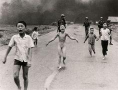 8 de junio, 1972 (NICK) UT CONG HUYNH, VIETNAM, THE ASSOCIATED PRESS.  Phan Thi Kim Phuc, en el centro, corre de la escena donde los aviones de las tropas sudvietnamitas han lanzado Napalm, en Trangbang, Vietnam del Sur.