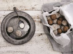 Date and Fig Energy Balls coated with coconut Fig Energy Balls, Healthy Treats, Healthy Eating, Protein Ball, Breakfast Snacks, What To Cook, Food Inspiration, Tea Cups, Coconut