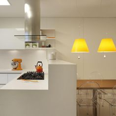 """""""Mais um ângulo...... We love orange! Cozinha Kitchens, cadeiras de Philippe Starck e luminárias Costanza da Lumini. Projeto RAP Arquitetura…"""" #raparquitetura"""