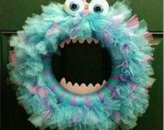 Halloween monster wreath hahaha looks like Sully from Monsters Inc! Halloween Mono, Fun Halloween Crafts, Halloween Door Decorations, Cute Crafts, Holidays Halloween, Holiday Crafts, Holiday Fun, Crafts For Kids, Diy Crafts