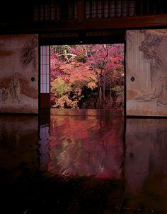 A beautiful tatami mat room with paper shoji at Koto-in temple, Kyoto, Japan 高桐院. Koto-in temple, Kyoto, Japan 高桐院.