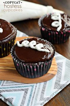 Decadent and delicious, these Copycat Hostess Cupcakes are better than the original! Fudgy with a cream filling, just like the original! Spice Cupcakes, Baking Cupcakes, Cupcake Recipes, Brownie Recipes, Baking Recipes, Dessert Recipes, Copycat Hostess Cupcake Recipe, Fun Recipes, Meal Recipes