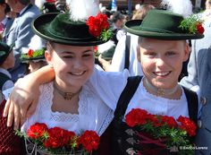 Mädchen in bayerischer Tracht. Girls wearing traditional Bavarian costumes.