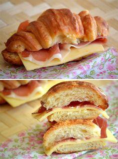 medialuna con jamon y queso
