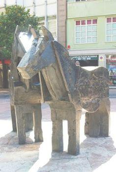 Oviedo, escultura Asturcones en la plaza de la Escandalera
