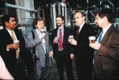 Em 1994, oex-correspondente da agência de notícias Associated Press Steve Hindy e seu vizinho do andar de baixo Tom Potter, na época funcionário do