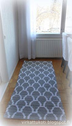virkattukoti: KIDE-matto Crochet Doily Rug, Crochet Carpet, Tapestry Crochet, Beige Carpet, Diy Carpet, Patterned Carpet, Colorful Chairs, Colorful Decor, Rag Rug Tutorial