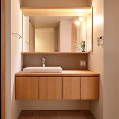 Bathrooms with metals and gold details - Home Fashion Trend Washroom Design, Toilet Design, Bathroom Design Small, Bathroom Interior Design, Bad Inspiration, Bathroom Inspiration, Muji Haus, Wash Basin Cabinet, Japanese Home Design
