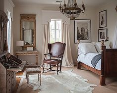 Shop owner and Interior Designer, Tara Shaw, artistically mixes leather and linen in this elegant room filled with antiques from around the world. Living Room Wallpaper Hd, Swedish Interiors, French Interiors, Interior Decorating, Interior Design, Beautiful Bedrooms, Romantic Bedrooms, Dream Bedroom, Peaceful Bedroom