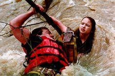 Premio Pulitzer de fotografía de 1997 -Para Annie Wells, del The Press Democrat por su foto en la que un bombero rescata del agua a una chica