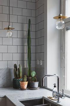 6 Neat Clever Hacks: Minimalist Home Tour Dining Rooms boho minimalist kitchen interior design.Minimalist Decor Modern Wall Art minimalist home decoration etsy. Kitchen Interior, New Kitchen, Kitchen Decor, Stylish Kitchen, Kitchen Plants, Apartment Kitchen, Kitchen Ideas, Kitchen Designs, Country Kitchen