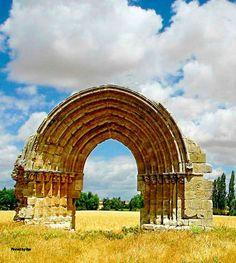 Arco de San Miguel de Mazarreros, último vestigio de esa población, construido en el siglo XII y desaparecido en el siglo XV, cuando fue unido a la cercana población de Sasamón, Burgos