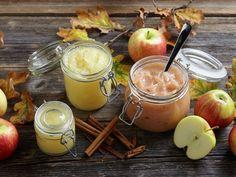Hjemmelaget eplemos er raskt og enkelt å lage. Lager du eplemos uten å skrelle eplene, får mosen en fin gylden farge. Moscow Mule Mugs, Tableware, Cheese, Ethnic Recipes, Dessert, Food, Dinnerware, Tablewares, Deserts