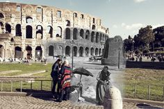 La popolana davanti al Colosseo e la Meta Sudans.