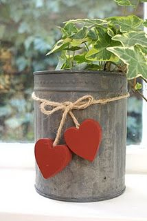 Country style. Metal can, twine, red wood hearts and an ivy, so easy!