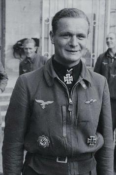 """Hauptmann Siegfried Lemke (1921-1995), Ritterkreuz 14.06.1944 als Leutnant und Staffelführer 1./Jagdgeschwader 2 """"Richthofen"""" ✠ 96 Luftsiege, 325 Feindflüge. Ab Juli 1944 bis Kriegsende Kommandeur III./JG 2. Einer der erfolgreichsten Westjäger. Eingereicht zum Eichenlaub verliehen."""