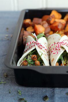 Veggie wraps met zoete aardappel, spicy kikkererwten en hummus