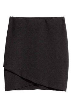 Короткая юбка с запахом: Короткая юбка из трикотажа. Запахо спереди и потайная резинка на талии.
