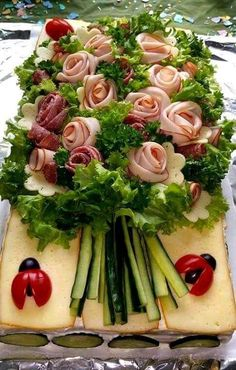 Ramo de salchichas y verduras. - Gesunde ernährung - Appetizers for party Ramo de salchichas y verduras. Meat Trays, Meat Platter, Food Platters, Deli Tray, Cheese Platters, Appetizers For Party, Appetizer Recipes, Bridal Shower Appetizers, Easter Appetizers