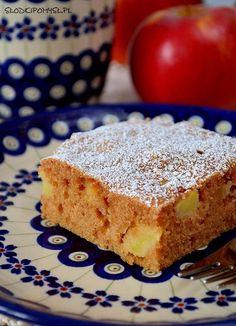 Szybkie ciasto z jabłkami to pyszne, mięciutkie i wilgotne ciasto pachnące jabłkami z cynamonem :). Najważniejszym atutem tego ciasta jest brak użycia miksera. Wszystkie składniki mieszamy wyłącznie rózgą kuchenną! Pear Dessert, Good Food, Yummy Food, Sandwich Cake, Apple Cake Recipes, Breakfast Menu, Food Cakes, Sweet Recipes, Cheesecake