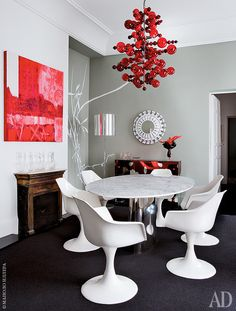 В столовой — стол с мраморной столешницей, лампа и консоль выполнены по эскизам самого Томаса Алия. Люстра из муранского стекла, дизайнер Маттео Тун. Камин — ровесник самого дома (1820-е годы).