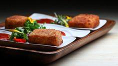 Une recette de fondues de cheddar frites et coulis de tomates présentée sur Zeste et Zeste.tv.